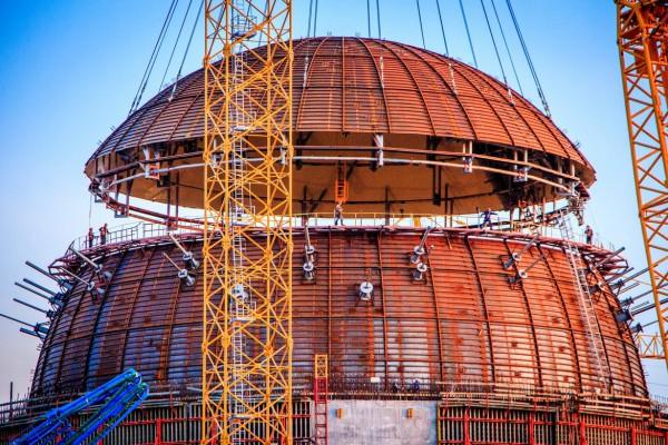 Установка купола на штатное место — последний этап монтажа металлоконструкций внутренней защитной оболочки здания реактора. Фото Дмитрий Чубарь