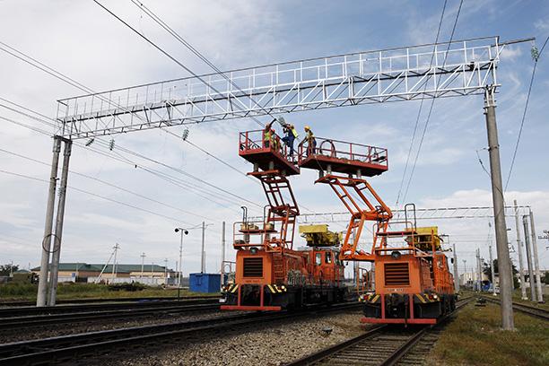 Стальные магистрали, расположенные на стыке Сибири и Дальнего Востока, – крупнейшие потребители энергии. На Забайкальской железной дороге (ЗабЖД) сегодня электрифицировано 95% пути. В конце 2020 года ток будет пущен и на последнем отрезке у границы с Китаем.