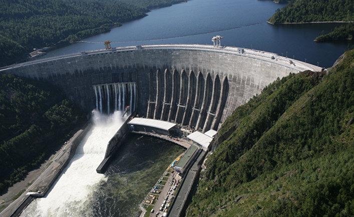 Объем генерирующих мощностей ГЭС по всему миру неуклонно рос в среднем на 3 процента ежегодно в течение последних четырех десятилетий. Согласно последним данным специалистов Института политики Земли, в 2011 году ГЭС вырабатывали 3.5 трлн. киловатт-часов электричества. На гидроэнергетику пришлось около 16 процентов мирового производства электроэнергии. Почти все генерирующие мощности сконцентрированы на 45 000 с лишним крупных плотинах. Сегодня гидроэнергетика развита и широко используется в более чем 160 странах мира. Пять стран доминируют самую интенсивную динамику в сфере гидроэнергетики: Китай, Бразилия, Канада, Соединенные Штаты и Россия. Вместе они производят более половины гидроэлектроэнергии в мире. В последнее время гидроэнергетика активнее всего развивается в Китае, где объем генерирующих мощностей за последнее десятилетие вырос более чем в три раза: с 220 миллиардов киловатт-часов в 2000 году до 720 млрд. в 2010 году. В 2011 году, несмотря на падение объемов генерации в связи с засухой, на гидроэнергетику пришлось 15 процентов от общего производства электроэнергии в Китае. Бразилия - второй по величине производитель гидроэлектроэнергии во всем мире - получает 86 процентов своего электричества благодаря водным ресурсам. В стране возведено более 450 плотин, в том числе плотина Итайпу, которая производит больше электроэнергии, чем любая другая ГЭС в мире - более 92 миллиардов киловатт-часов в год. Около 62 процентов своей электроэнергии Канада получает за счет 475 гидроэлектростанций. Огромный потенциал страны в области гидроэнергетики позволяет ей экспортировать электричество. Канада продает около 50 миллиардов киловатт-часов Соединенным Штатам каждый год - достаточно для снабжения более 4 миллионов американских домов. Поскольку большинство крупных плотин в США были построены до 1980 года, гидроэнергетический потенциал страны остается относительно стабильным в последние десятилетия. Строительство ГЭС с самой высокой мощностью в стране - плотины Гранд-Кули на