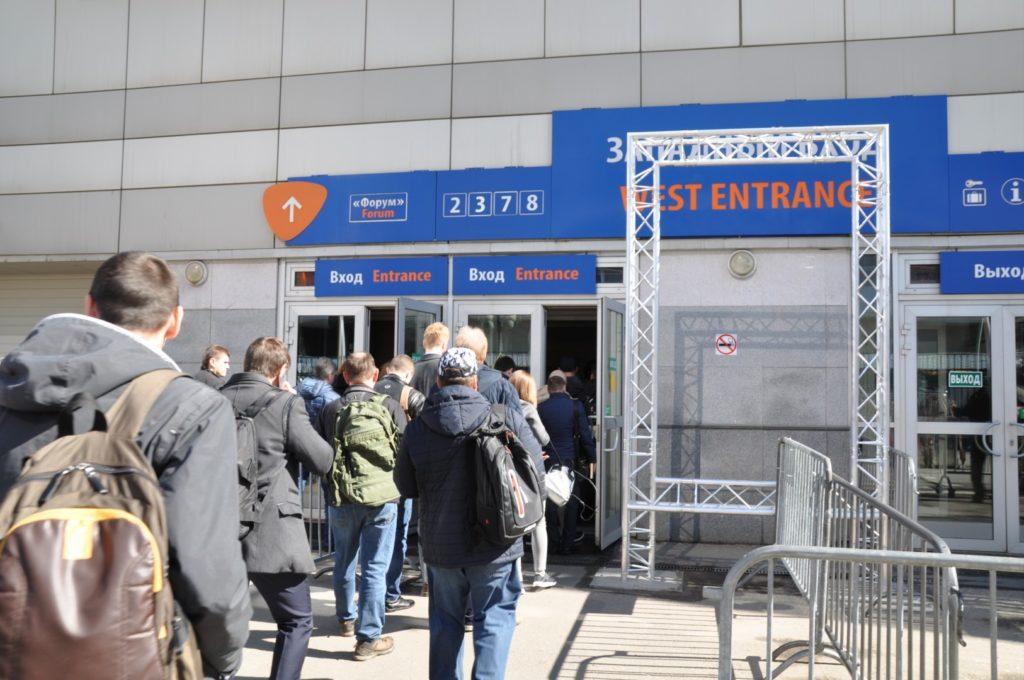 Очередь у входа в ЭКСПОЦЕНТР на выставку ЭЛЕКТРО-2019
