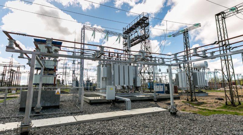 Специалисты филиала ПАО «МРСК Северо-Запада» «Архэнерго» (входит в группу компаний «Россети») реализуют второй этап крупного инвестиционного проекта «Реконструкция ПС №7», рассчитанного на 2018−2019 годы. Второй силовой трансформатор 25 МВА заменен на новый мощностью 40 МВА. Кроме того, энергетики выполняют монтаж охранно-пожарной сигнализации и навесного оборудования. Также будет произведена замена терминалов РЗА выключателей на базе микропроцессорных устройств, смонтированы цифровые каналы связи и видеонаблюдение. Завершить работы планируется в IV квартале 2019 года. Подстанция №7 — узловая для энергосистемы региона, поскольку здесь соединяются генерирующие мощности Архангельской ТЭЦ и двух Северодвинских ТЭЦ. Ее модернизация обеспечит надежным электроснабжением и новыми мощностями не только жителей Исакогорского и Приморского районов области, но и промышленные предприятия, объекты Минобороны РФ, Северной железной дороги. Объем инвестиций, направленных на реконструкцию в 2019 году, составит свыше 130 млн рублей. «В 2016 году подстанция уже была загружена на 124%. Её модернизация была вызвана временем и растущими потребностями в подключении новых потребителей. Проведенные работы позволят обеспечить дополнительно 30 МВА мощности», — отметил директор «Архэнерго» Андрей Кашин.