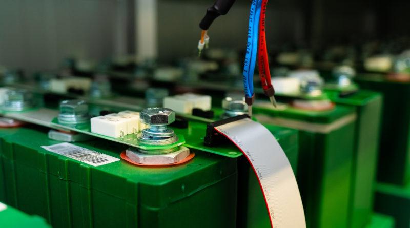 Новосибирские инженеры официально завершили испытания первого российского «умного» накопителя энергии большой мощности