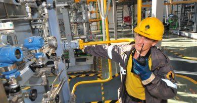 Сызранский нефтеперерабатывающий завод (дочернее общество ПАО «НК «Роснефть») ввел в промышленную эксплуатацию цифровую систему для контроля герметичности трубопроводов, по которым готовые нефтепродукты (бензин и дизельное топливо) отгружаются на нефтебазу. Современное цифровое оборудование позволяет с высокой точностью определить место разгерметизации трубопроводов, общая протяженность которых составляет 42 км. При фиксации каких-либо отклонений в режиме эксплуатации трубопроводов система дает сигнал о прекращении перекачки нефтепродуктов для недопущения развития нештатной ситуации. Стратегия «Роснефть-2022», ориентированная на качественное изменение бизнеса в сегменте нефтепереработки, предусматривает снижение операционных затрат, увеличение межремонтного пробега на НПЗ, а также повышение промышленной и экологической безопасности, в том числе, за счет внедрения цифровых решений. Программно-аппаратный комплекс Сызранского НПЗ в онлайн режиме выполняет непрерывный круглосуточный мониторинг всех параметров безопасной эксплуатации трубопроводов. Комплекс состоит из автоматизированной системы сбора и обработки информации и высокоточных контрольно-измерительных приборов, установленных по всей трассе трубопроводов. Работа трубопровода анализируется по трем ключевым показателям: давление, количество прокачиваемого нефтепродукта и отклонений за определенный промежуток времени. Внедрение современных информационных решений позволило усилить контроль герметичности трубопроводов, значительно повысить уровень экологической безопасности. Ввод в эксплуатацию системы для контроля герметичности трубопроводов стал еще одним проектом, который реализуется в рамках программы цифровизации на Сызранском НПЗ с целью повышения операционной эффективности, надежности и безопасности работы производства.